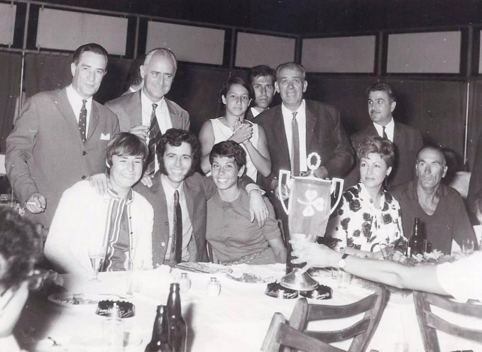 Οι πρωταθλητές του 1968 διασκεδάζουν την κατάκτηση του ιστορικού πρωταθλήματος στο κέντρο «13», με τον δημοφιλή τραγουδιστή Σταμάτη Κόκοτα. Όρθιοι : Μιχάλης Πολέμης, Μάνος Λομβάρδος, Ελιάνα Λούη, Ανδρέας Ζώτος, Νίκος Σωτηρίου, Γιώργος Χαλκιόπουλος (ο εκδότης των Παναθηναϊκών Νέων). Καθιστοί : Μαίρη Λομβάρδου, Σταμάτης Κόκοτας, Τζένη Σωτηρίου, η κυρία Σωτηρίου και Βίγκο Τσβιέτκοβιτς (προπονητής).