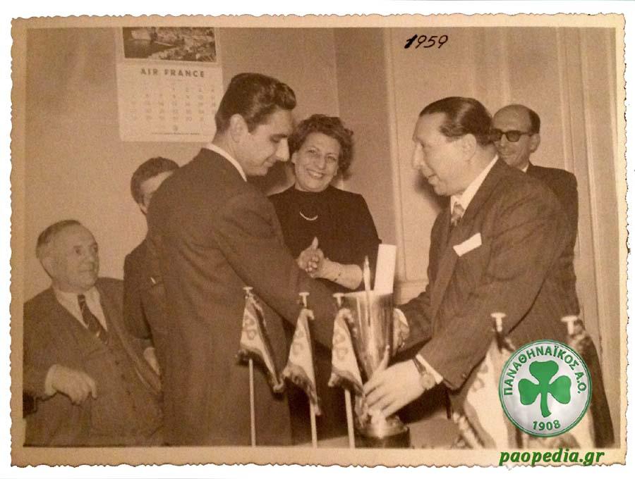 Ο ιδρυτής του Παναθηναϊκού Γιώργος Καλαφάτης βραβεύει, το 1959, τον ποδηλάτη του Ομίλου Πάρι Τσαφαντάκη για τις αγωνιστικές του επιτυχίες.