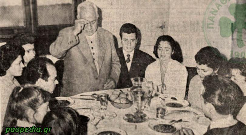 Η οικογένεια Παπαεμμανουήλ. Ο πατέρας, ο Σωτήρης, λέει την προσευχή, πριν γευματίσουν.