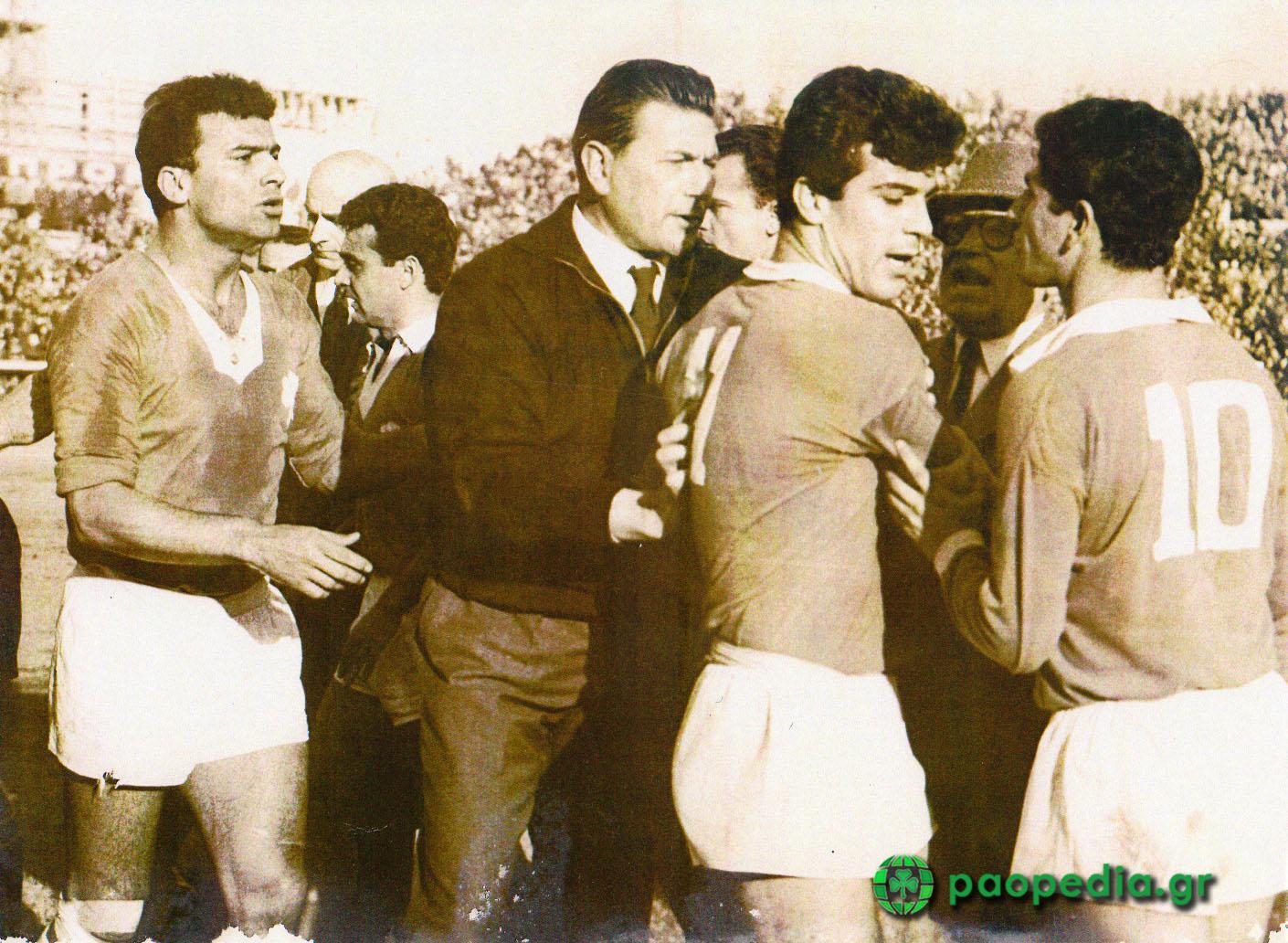 Ο Χάρι Γκέιμ, μαζί με ποδοσφαιριστές του Παναθηναϊκού (διακρίνονται οι Λινοξυλάκης, Πανάκης και Νεμπίδης) σε μία στιγμή έντασης στο γήπεδο της Λεωφόρου. Με το καπέλο και τα γυαλιά, ο Ανδρέας Βγενόπουλος.