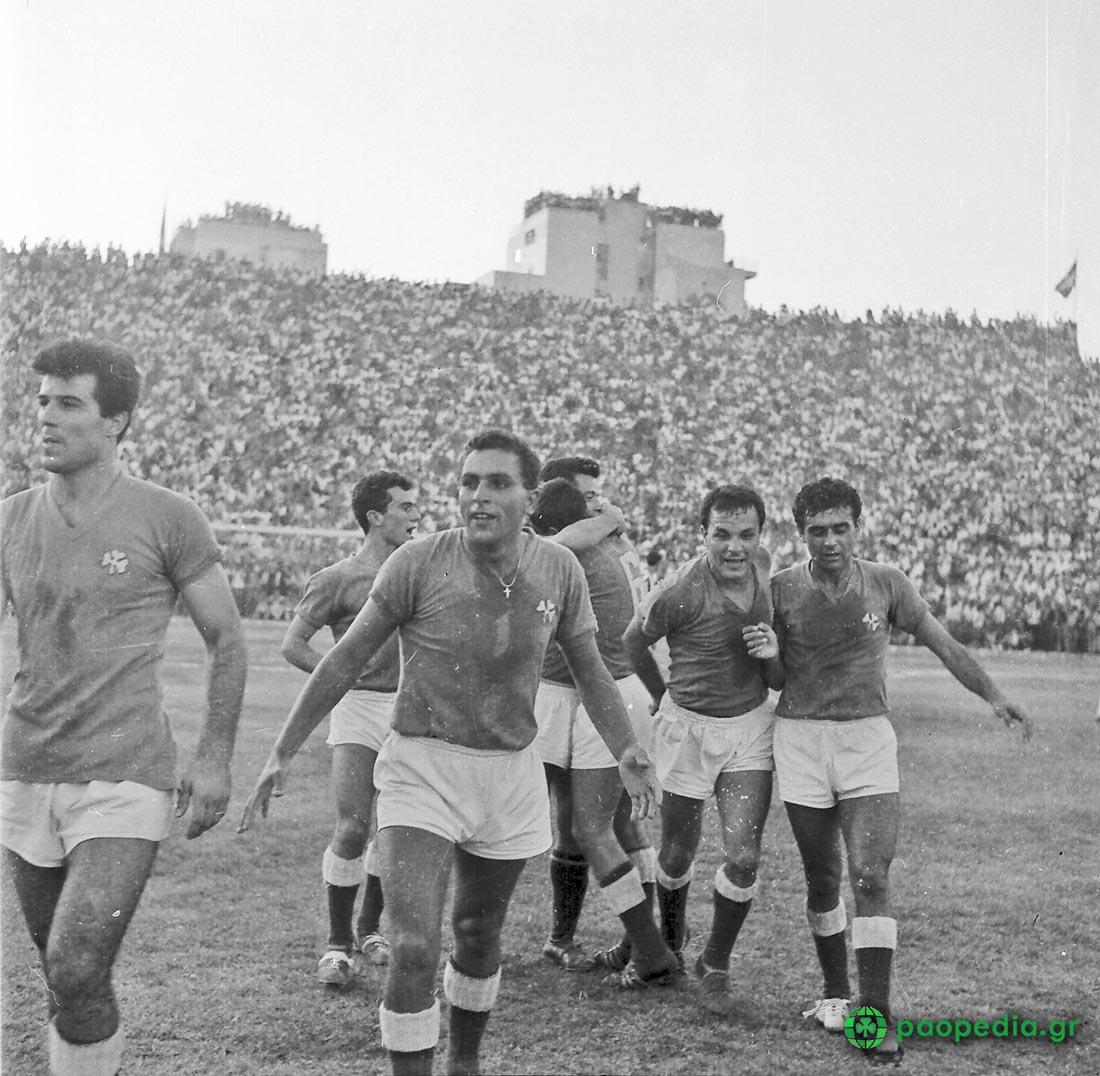 Παναθηναϊκός Γιουβέντους 1-1 (1961) - πανηγύρια των ποδοσφαιριστών - Βαγγέλης Πανάκης, Γιάννης Νεμπίδης, Μίμης Δομάζος, Ανδρέας Παπαεμμανουήλ