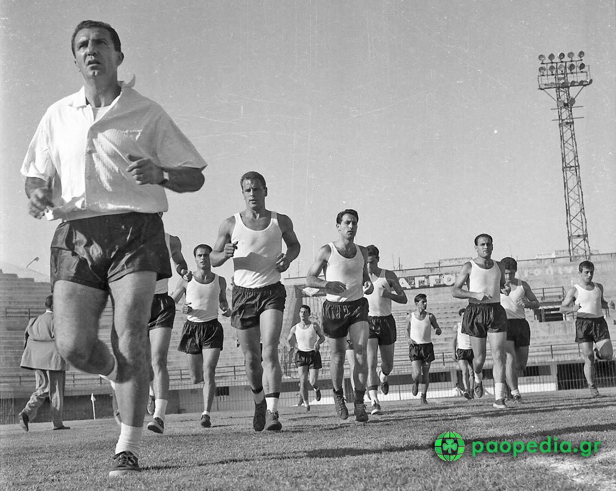 Παναθηναϊκός - Γιουβέντους 1961 1-1 Οι οδηγίες του Κάρλο Παρόλα στους ποδοσφαιριστές του. Paopedia.gr