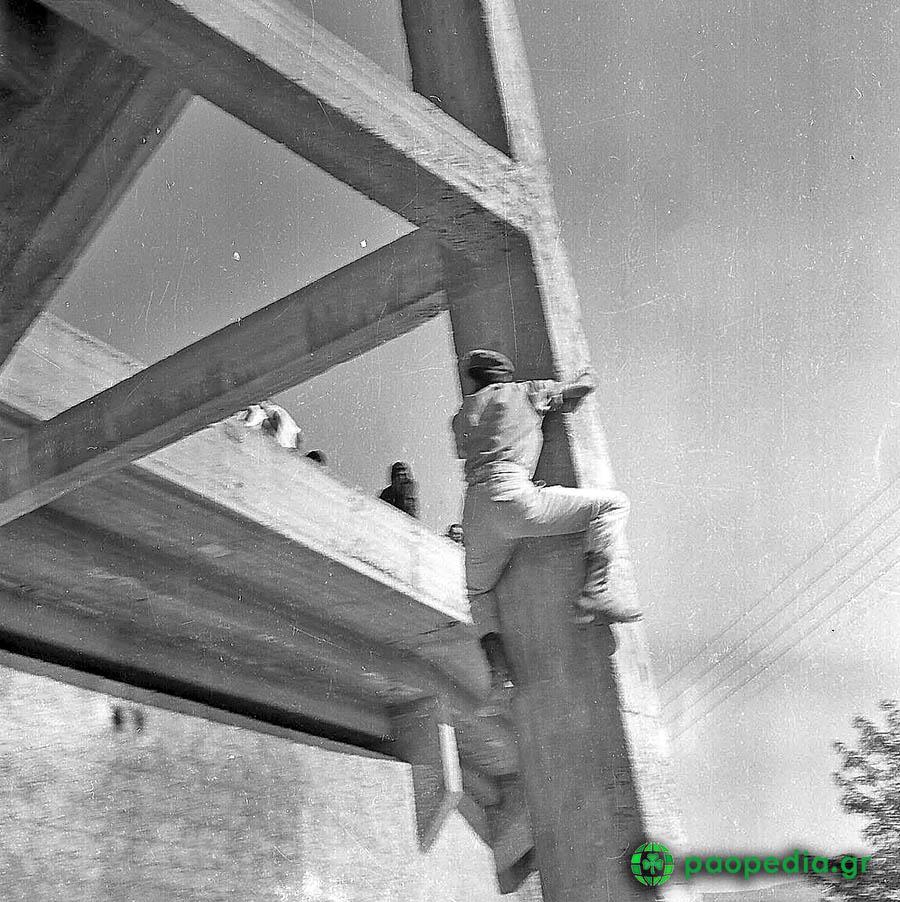 Παναθηναϊκός - Γιουβέντους 1-1 - 1961 - Η 20ή Σεπτεμβρίου φτάνει και στη Λεωφόρο δεν πέφτει καρφίτσα. Ο κόσμος στριμώχνεται στις τσιμεντένιες εξέδρες, σκαρφαλώνει σε κολόνες, παίρνει τη θέση του στις ταράτσες των πολυκατοικιών της οδού Παναθηναϊκού.