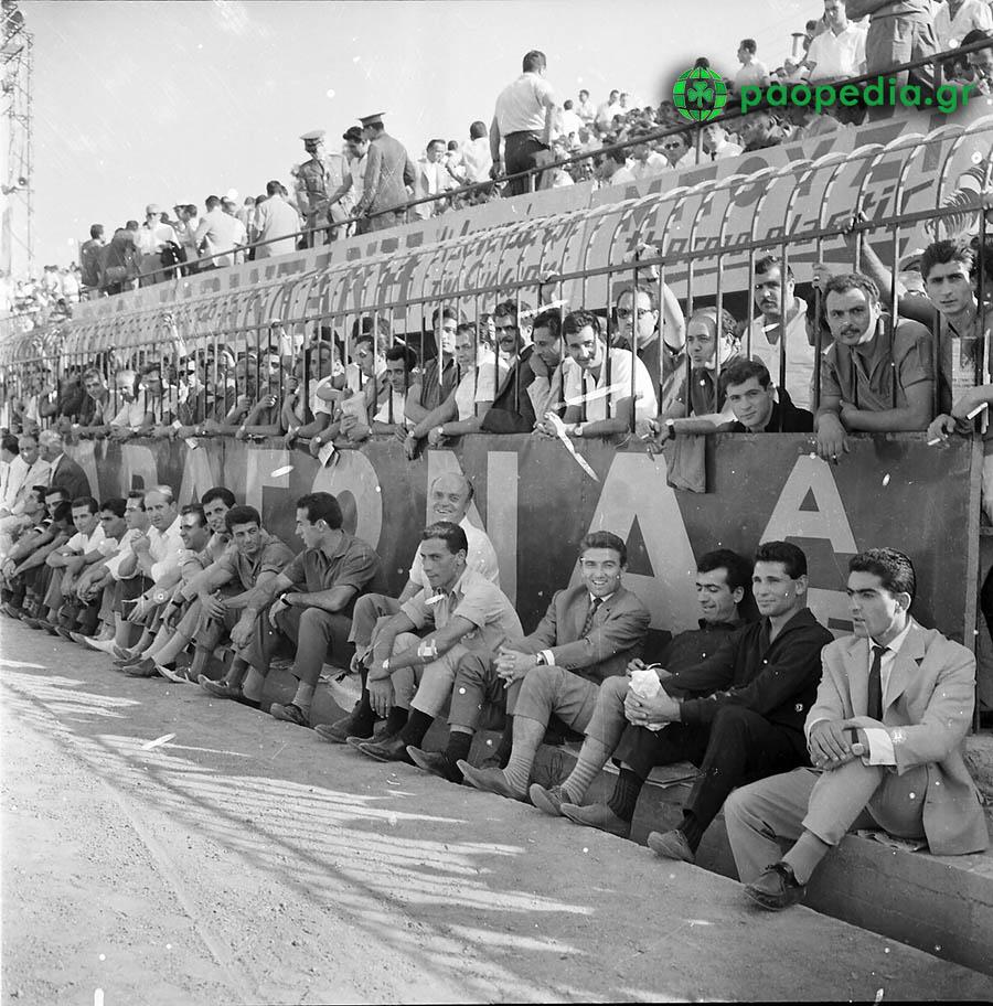 Παναθηναϊκός - Γιουβέντους 1-1 - 1961 -  Γιώργος, Σιδέρης  Κώστας Νεστορίδης και Κώστας Πολυχρονίου παρακολουθούν το ματς. Paopedia.gr