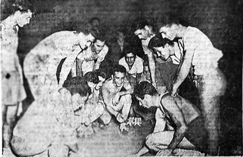 Ο Γιάννης Λάμπρου καθοδηγεί τους συμπαίκτες του, ελλείψει προπονητή της ομάδας. Φωτογραφία από το αρχείο της εφημερίδας «Αθλητισμός της Ελλάδος», Δεκέμβριος 1950.