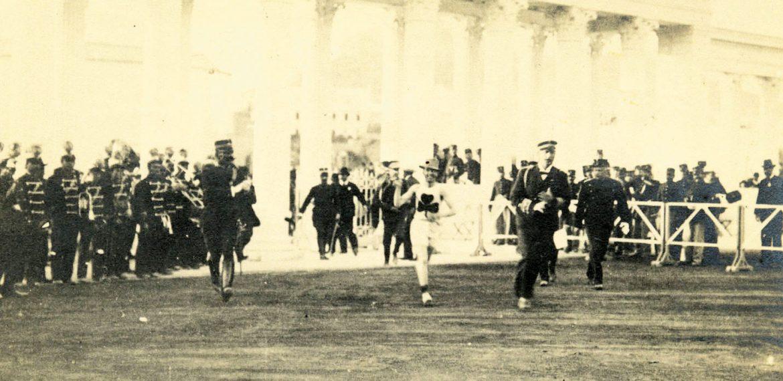 Ο νικητής του Μαραθώνιου Δρόμου Γουίλιαμ Σέρινγκ στους Ολυμπιακούς Αγώνες (Μεσολυμπιακούς) το 1906. Δίπλα του ο βασιλιάς Γεώργιος.