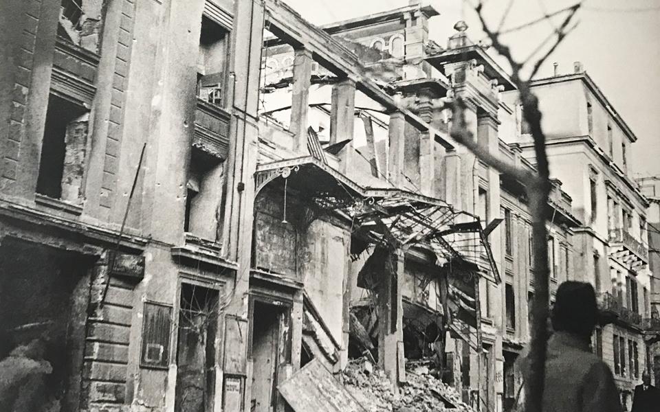 Το θέατρο Αλάμπρα, ολοσχερώς κατεστραμμένο μετά τα Δεκεμβριανά του 1944.