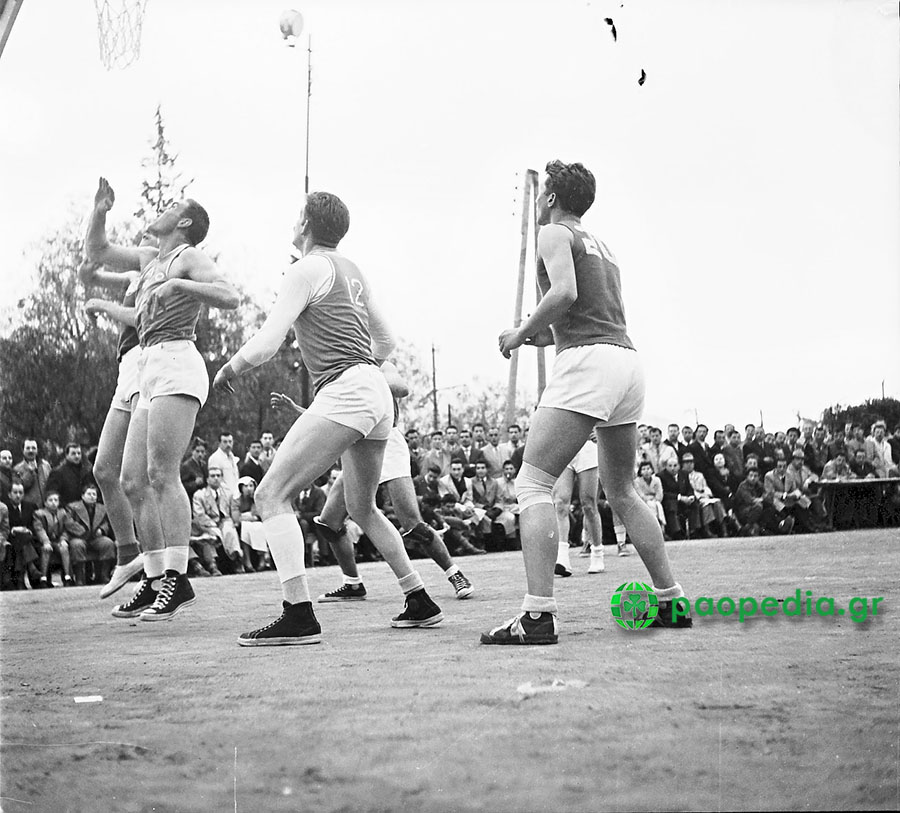 4 Μαρτίου 1951. Σε ένα συναρπαστικό ντέρμπι Παναθηναϊκού – Ολυμπιακού, στο γήπεδο του… Ινστιτούτου Παστέρ, οι «πράσινοι» επικράτησαν με 38-35. Σε πρώτο πλάνο και πάλι ο σπουδαίος Φαίδων Ματθαίου.